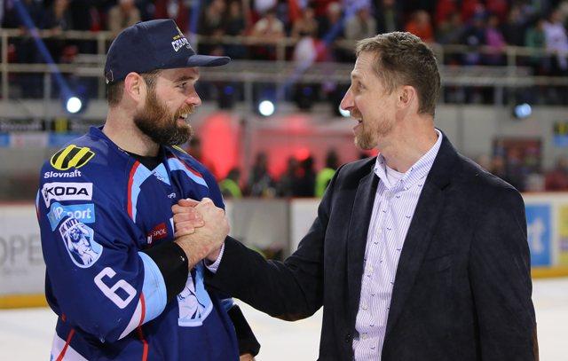 Na snímke vpravo tréner Nitry Antonín Stavjaňa si podáva ruku s Jamesonom Milamom po šiestom zápase finále play off hokejovej Tipsport Ligy HC'05 iClinic Banská Bystrica - HK Nitra