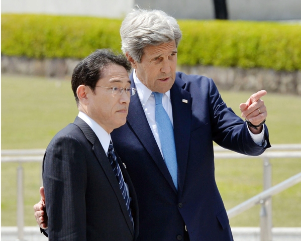 Na snímke šéf americkej diplomacie John Kerry (vpravo) a jeho japonský rezortný kolega Fumio Kišida (vľavo)