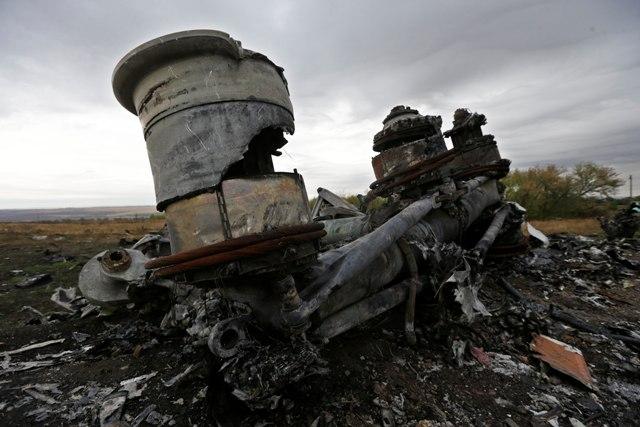 Časti podvozku a ďalšie trosky lietadla Boeing 777 letu MH 17 Malajzijských aerolínii
