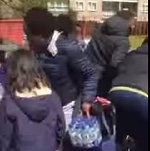 Viac ako desať ľudí kradlo vodu určenú pre bežcov Londýnskeho maratónu