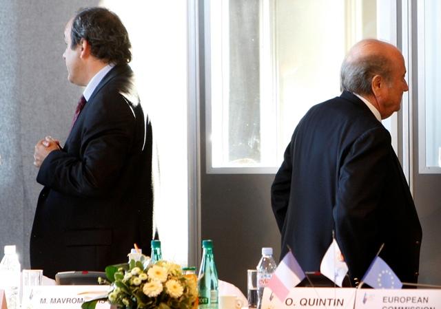 Na snímke Sepp Blatter (vpravo) a Michel Platini
