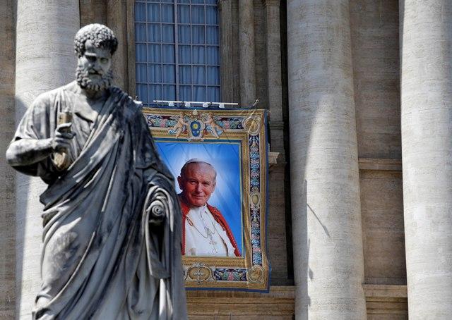 Na snímke socha Sv. Petra a portrét pápeža Jána Pavla II. na Námestí Sv. Petra vo Vatikáne