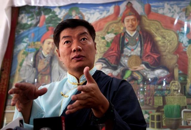Úradujúci tibetský premiér Lobsang Sangay počas tlačovej konferencie k  zverejneniu výsledkov volieb tibetského exilového premiéra a členov exilového parlamentu po tom, ako bol zvolený v druhom funkčnom období v indickej Dharamsále