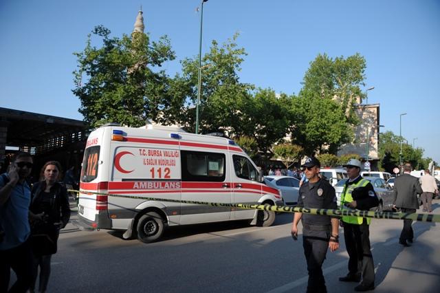 Policajti zabezpečujú miesto explózie pred mešitou Ulu Cami v tureckom meste Bursa