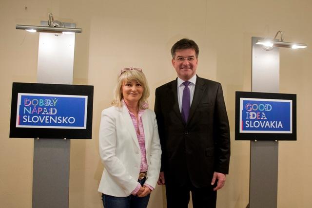 Na snímke vľavo riaditeľka agentúry Creative Department Simona Bubánová a minister zahraničných vecí a európskych záležitostí SR Miroslav Lajčák