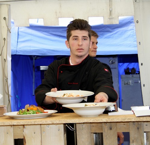Na snímke študent odboru kuchár-čašník pri výdaji jedál v jednej z reštaurácií