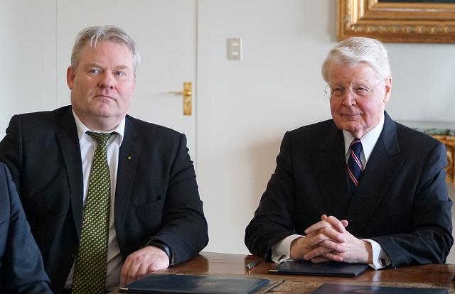 Prezident Islandu Olafur Ragnar Grimsson (vpravo) a nový islandský premiér Sigurdur Ingi Jóhannsson počas ich stretnutia v prezidentskej rezidencii v Reykjavíku 7. apríla 2016