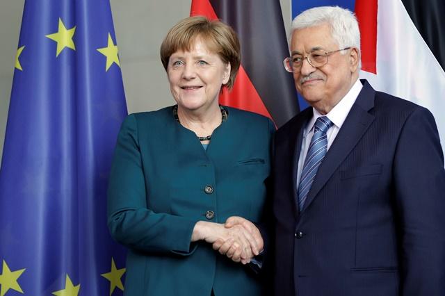 Na snímke nemecká kancelárka  Angela Merkelová (vľavo) si podáva ruku s palestínskym prezidentom Mahmúdom Abbásom