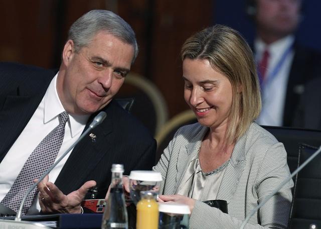 Na archívnej snímke americký veľvyslanec pri NATO Douglas Lute (vľavo) sa rozpráva s vysokou predstaviteľkou EÚ pre zahraničnú politiku Federicou Mogheriniovou