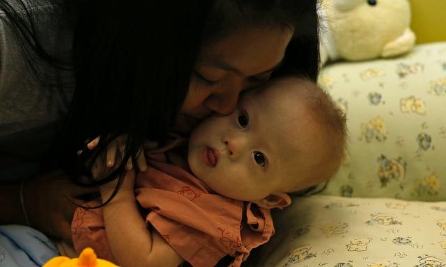 Na snímke biologická matka dvojčiat s chlapčekom Gammym, ktorého objednávatelia opustili