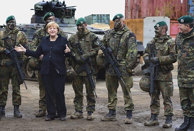 Nemecká kancelárka Angela Merkelová pózuje s vojakmi