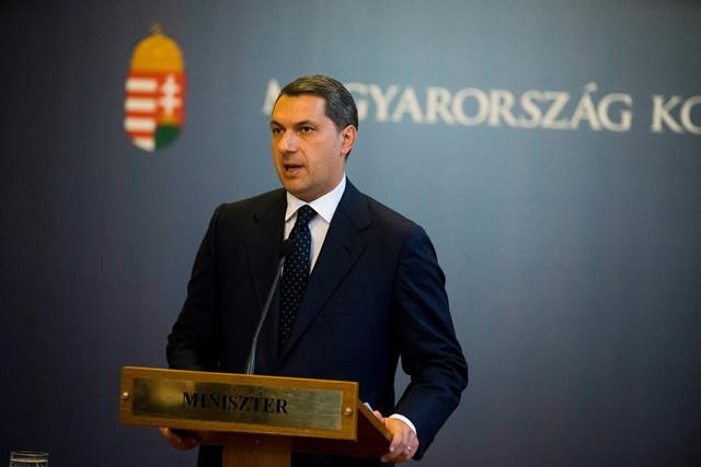Na snímke minister riadiaci úrad maďarskej vlády János Lázá