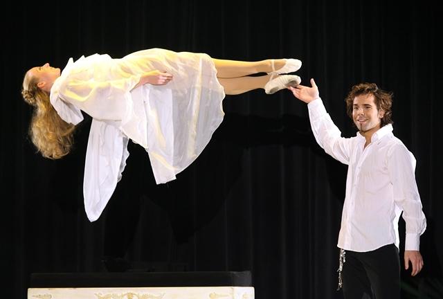 Na snímke iluzionista Jan Rouven počas jedného zo svojich trikov