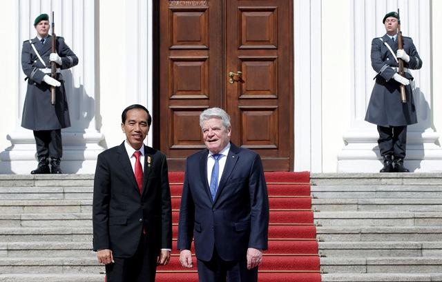 Na snímke vpravo nemecký prezident Joachim Gauck a vľavo indonézsky prezident Joko Widodo