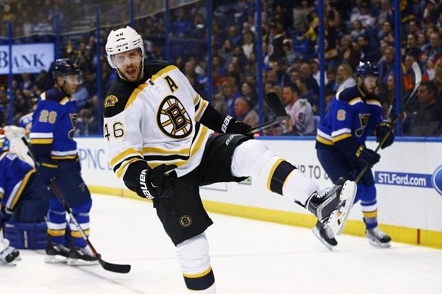 Česká hokejista David Krejčí z Bostonu Red Wings sa teší po góle proti St. Louis Blues počas zápasu zámorskej NHL 1. apríla 2016 v St. Louise