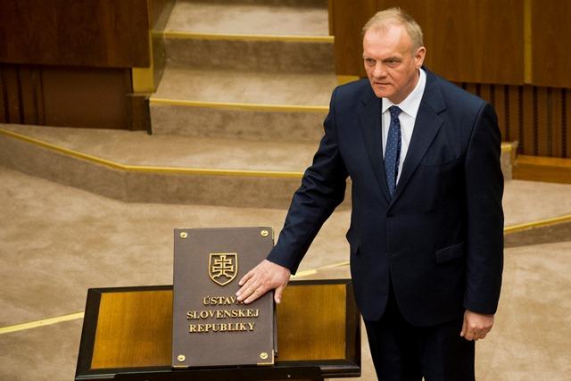 Na snímke náhradník Milan Mojš (SMER-SD) skladá poslanecký sľub