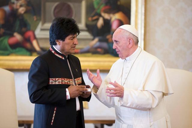 Na snímke bolívijský prezident Evo Morales a pápež František