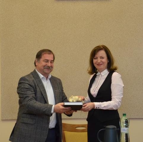Na snímke rektorka UVLF a rektor UPJŠ pri krste knihy