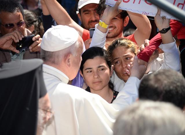Na snímke pápež František na gréckom ostrove Lesbos, kde sa stretol s čakateľmi na azyl