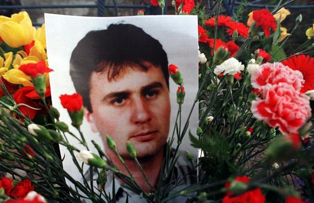 Na snímke fotografia Róberta Remiáša uprostred kvetov na mieste tragickej nehody
