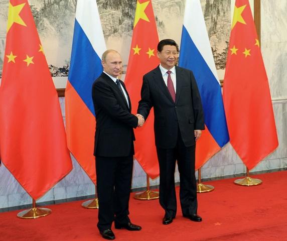 Na snímke ruský prezident Vladimir Putin (vľavo) a čínsky prezident Si Ťin-pching