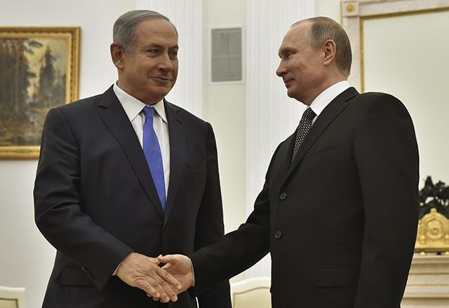 Na snímke vpravo ruský prezident Vladimir Putin, vľavo izraelský premiér Benjamin Natanjahu