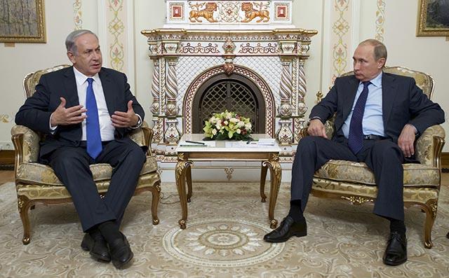 Na snímke vpravo ruský prezident Vladimir Putin a vľavo izraelský premiér Benjamin Netanjahu