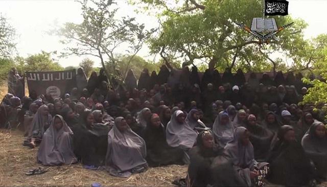 Na nedatovanej snímke z videa zverejnenej 12. mája 2014 nigérijskou teroristickou skupinou Boko Haram sú unesené školáčky, ktoré sa modlia