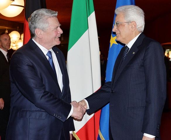 Na snímke Sergio Mattarella a Joachim Gauck