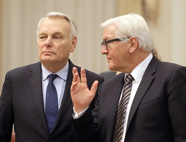 Šéf nemeckej diplomacie Frank-Walter Steinmeier (vpravo) a šéf francúzskej diplomacie  Jean-Marc Ayrault