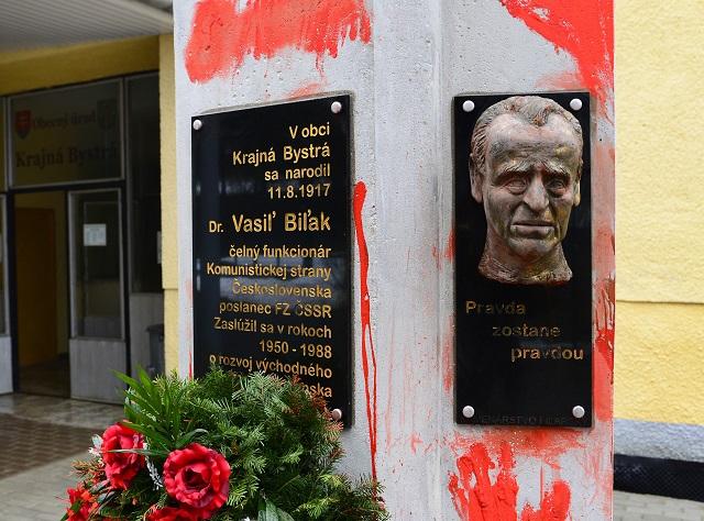Na snímke je pomník po čiastočnom očistení od červenej farby