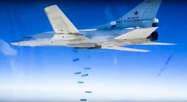 Na archívnom videu ruského ministerstva obrany ruský bombardér Tu-22M3 zhadzuje bomby na ciele v Sýrii