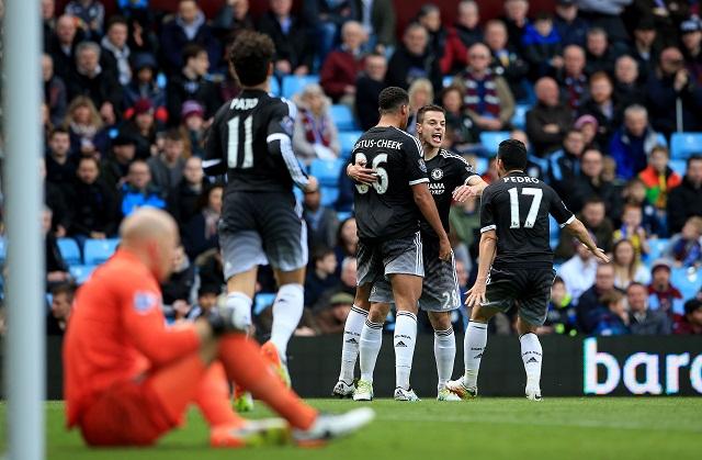 Hráč Chelsey Londýn Ruben Loftus-Cheek (uprostred) sa raduje z gólu so spoluhráčmi Cesarom Azpilicuetom and Pedrom (vpravo) v zápase proti Aston Ville v zápase 32. kola anglickej Premier League 2. apríla 2016 v Birminghame