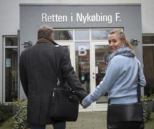 Na archívnej snímke z 11. marca 2016 Dánka Lisbeth Zorningová Andersenová a jej manžel Michael Rauno Lindholm sú pred budovou súdu v nórskom meste Nykobing Falster. Manželia, ktorí pomohli nelegálne zviesť migrantov cez Dánsko, dostali pokutu vo výške 22 500 dánskych korún, čo je v prepočte 2 400 eur