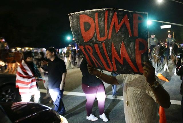 Približne 20 ľudí skončilo vo väzbe v súvislosti s násilnými potýčkami, ktoré vypukli po predvolebnom zhromaždení Donalda Trumpa v Kalifornii