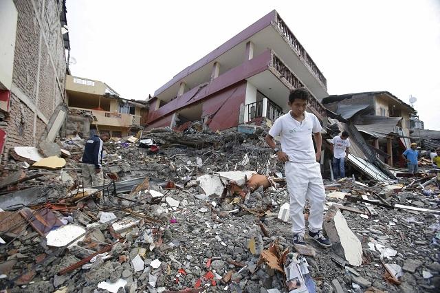 Na snímke ľudia prehliadajú trosky zrútených domov v prímorskom meste Pedernales v Ekvádore po silnom zemetrasení