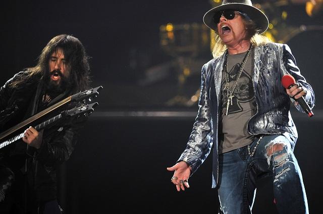 Na archívnej snímke spevák hardrockovej skupiny Guns N' Roses Axl Rose s gitarista Ron Thal počas vystúpenia na koncerte v londýnskej O2 Aréne