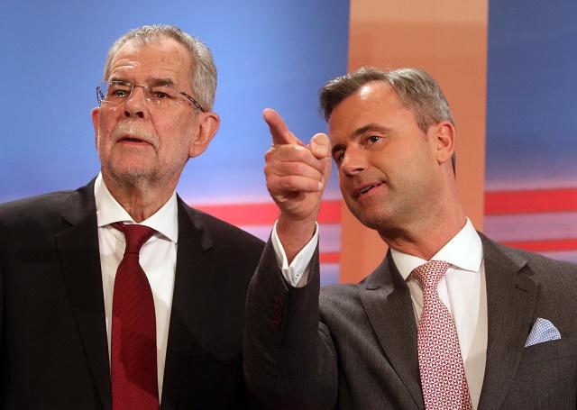 Na snímke vpravo kandidát Slobodnej strany Rakúska (FPÖ) a prezidentský kandidát a bývalý ššéf rakúskych Zelených Alexander Van der Bellen (vľavo)
