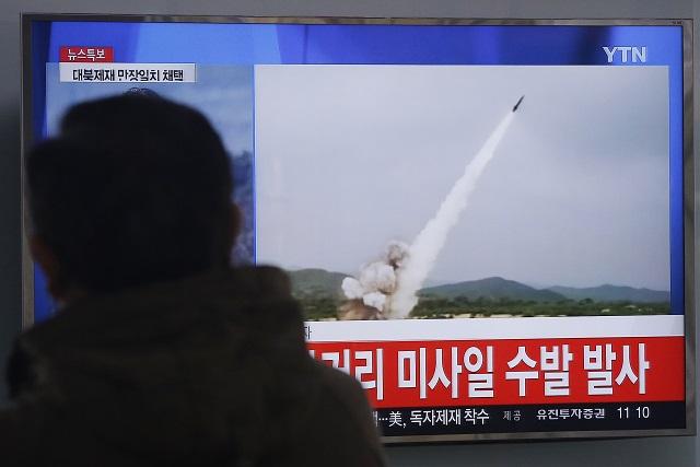Na archívnej snímke muž sleduje televízne správy, kde ukazujú vypálenie projektilov krátkeho doletu  Severnou Kóreou do Japonského mora