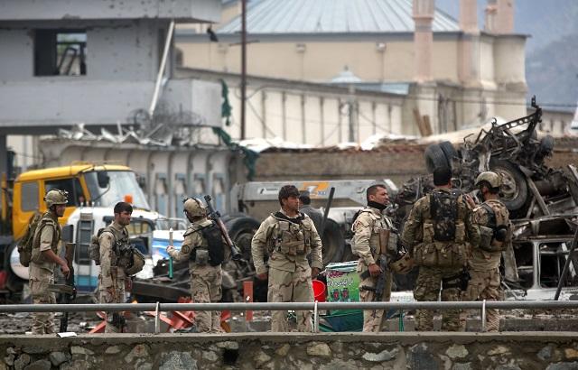 Vojaci afganskej armády hliadkujú na mieste samovražedného útoku v Kábule 19. apríla 2016. K útoku sa prihlásilo hnutie Taliban. Pri útoku zahynulo najmenej 40 ľudí a ďalších vyše 300 utrpelo zranenia