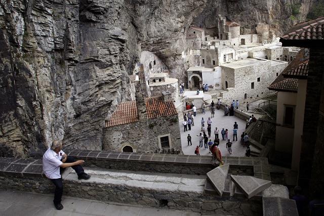 Na území Turecka sa nachádzajú aj takéto skalné kláštory. Muž saž pozerá zhora na byzantský kamenný klᚹtor Sümela na skalnej stene neďaleko Trabzonu v blízkosti Čierneho mora