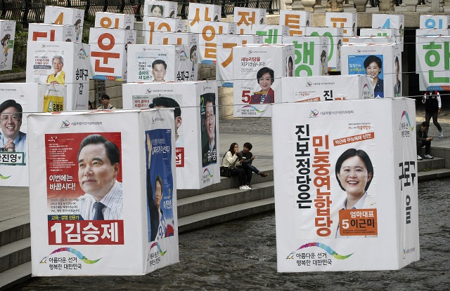 Na snímke postery volebných kandidátov počas parlamentných volieb v Soule 13. apríla 2016