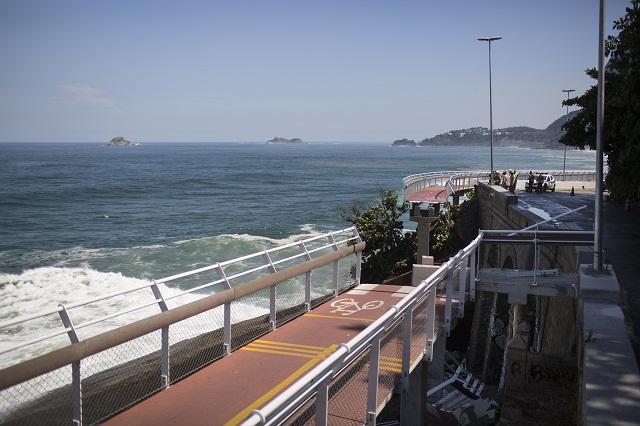 Pohľad na  časť chýbajúcej cyklistickej trate, ktorá sa zrútila dolu na pláž v Rio de Janeiro
