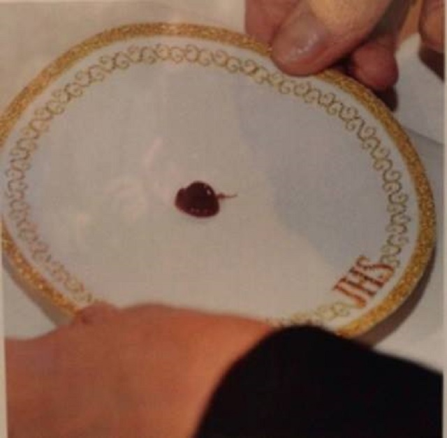 """Na snímke premenená Hostia, ktorá sa po páde na zem premenila aj viditeľne na """"srdcové tkanivo človeka, ktorý bol v smrteľnej agónii"""""""