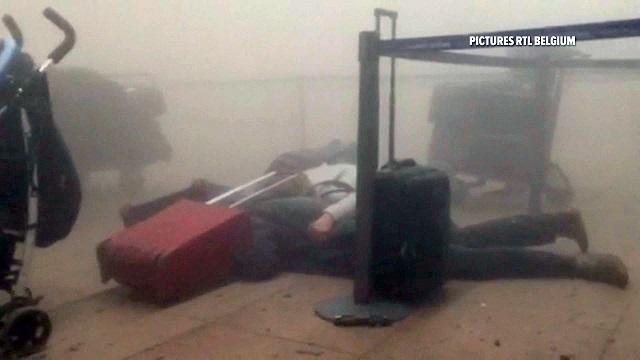Na videosnímke cestujúci ležia na zemi v zadymenom termináli po výbuchoch na letisku Zavantem v Bruseli