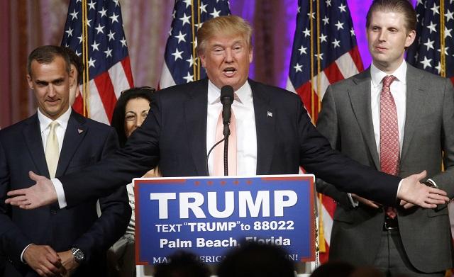 Na archívnej snímke z prva Eric Trump, syn Doanalda Trumpa (uprostred) a vedúci kampane Corey Lewandowski