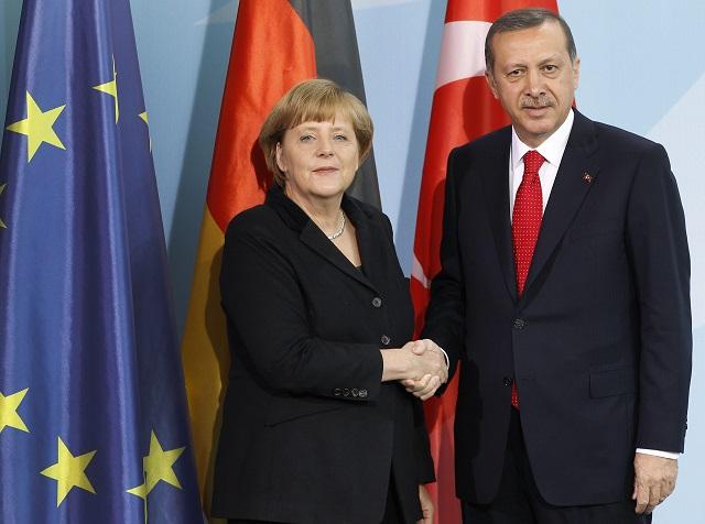 Na snímke nemecká kancelárka Angela Merkelová (vľavo) si podáva ruku s tureckým premiérom Recepom Tayyipom Erdoganom