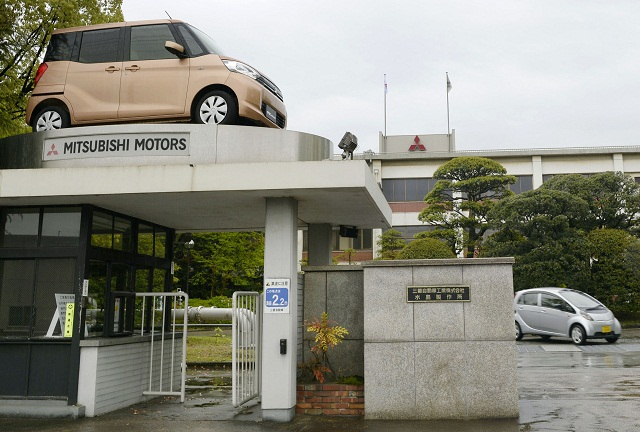 Na snímke je vstupná brána do závodu automobilky Mitsubishi Motors v meste Kurašiki