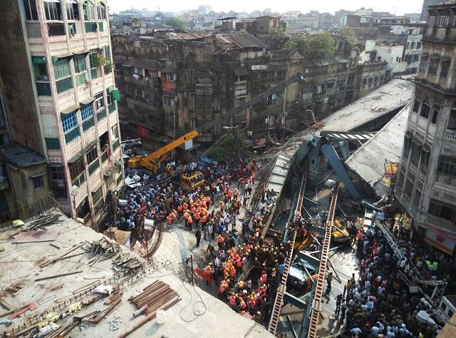 Záchranári prehľadávajú ruiny zrúteného nadjazdu v indickej Kalkate 31. marca 2016