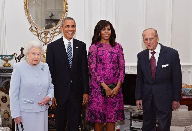 Na snímke zľava britská kráľovná Alžbeta II., americký prezident Barack Obama, Michele Obamová a princ Phillip pózujú fotografom pred súkromným obedom vo Windsore v Londýne